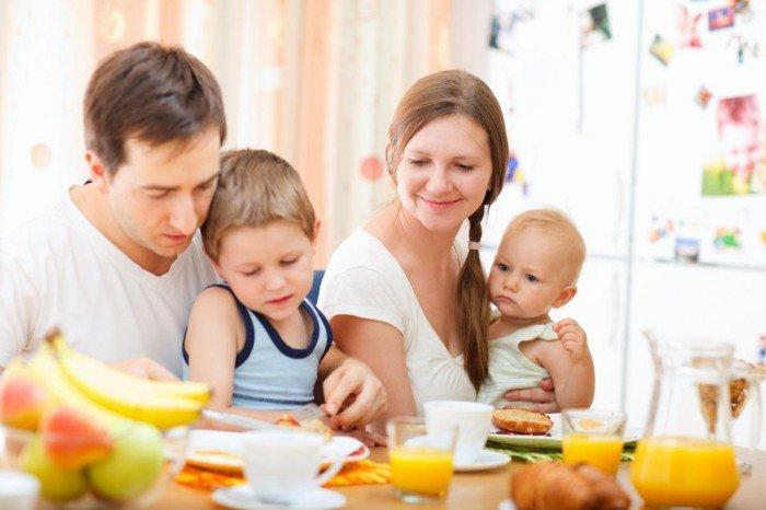 родители обучают ребенка хорошим манерам, что такое хорошие манеры