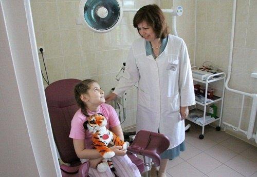 девочка у гинеколога, когда стоит обратиться к врачу