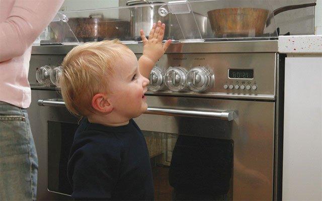 ребенок и горячая плита, опасности в доме для малыша