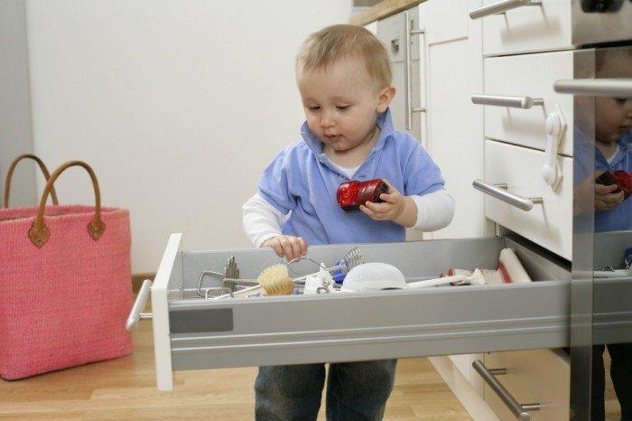 ребенок залез в ящик, опасные предметы для малыша в доме