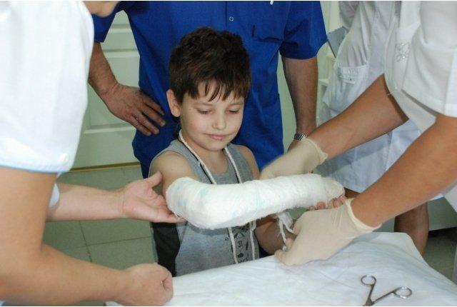 перелом руки у ребенка, как действовать родителям в такой ситуации