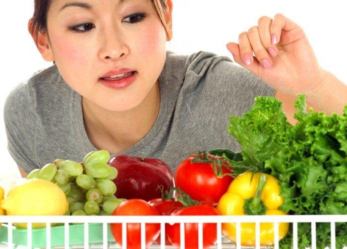 девушка выбирает овощи, какая диета вам подойдет