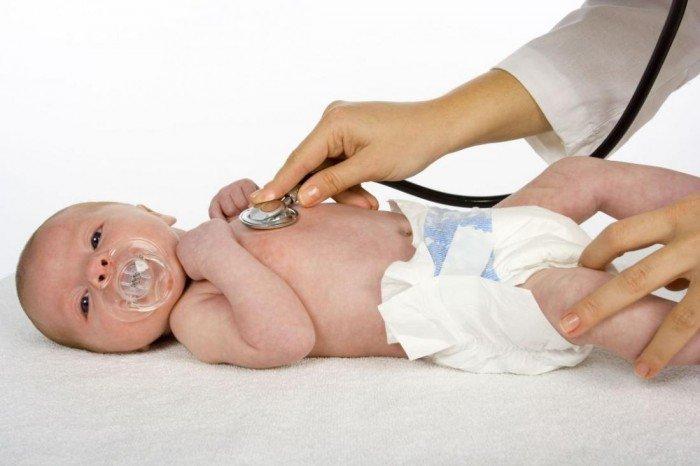 врач осматривает новорожденного, патронаж