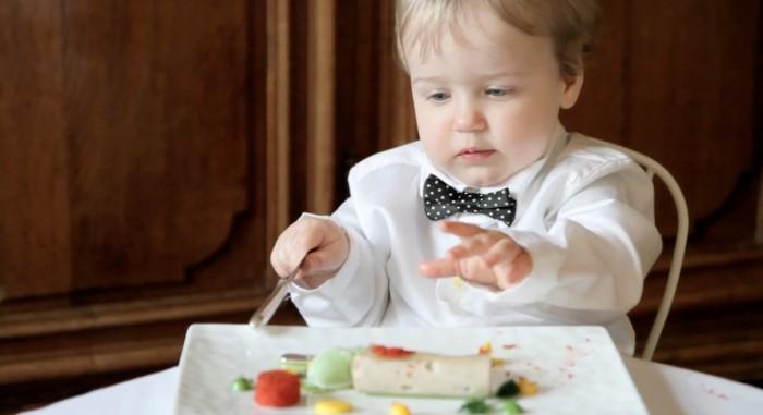 ребенок кушает морепродукты, порльза морепродуктов для детского организма