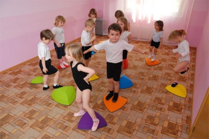 дети занимаются фитнесом, физические упражнения для ребенка