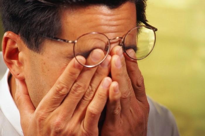 у мужчины болят глаза, проблемы со зрением и работа