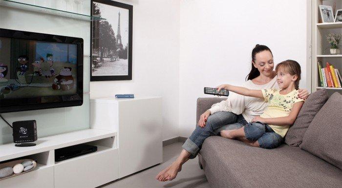 мама с дочкой смотрят телевизор, безопасность ребенка перед телевизором