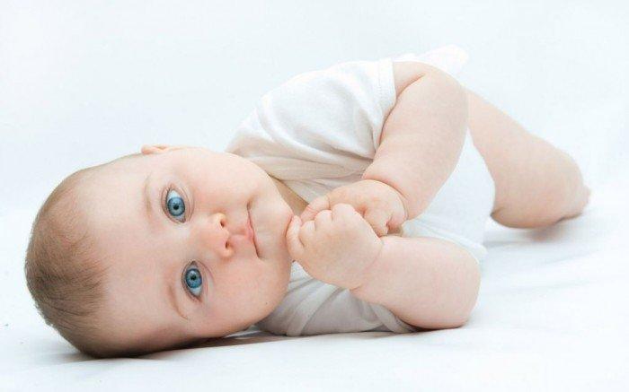 ребенок учится переворачиваться, упражнения для переворачивания малыша