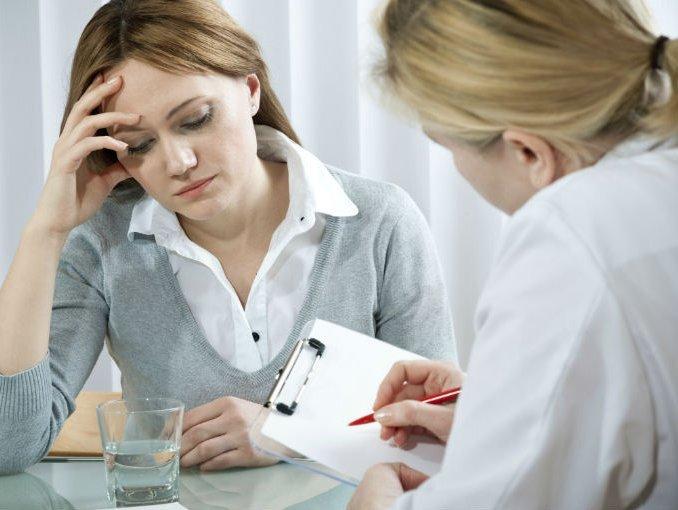 женщина на приеме у врача, нарушение гормонального фона