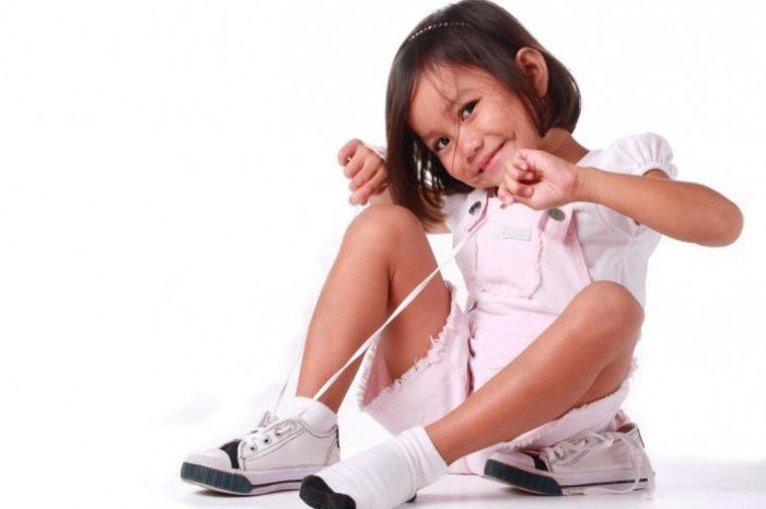 ребенок завязывает шнурки, как подружить ребенка со шнурками