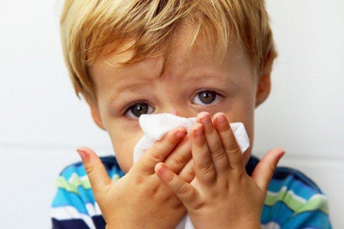 как помочь при кровотечении из носа малышу