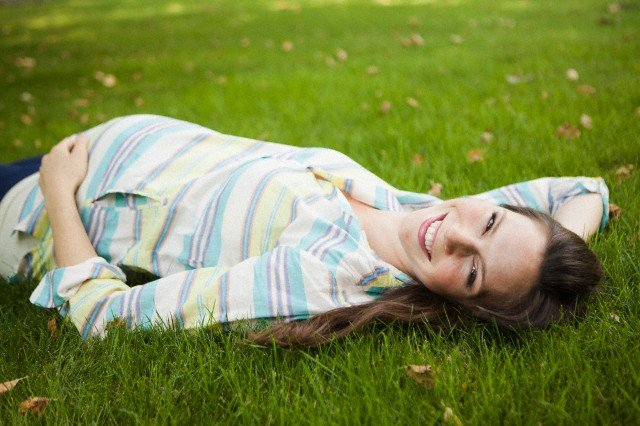 беременная женщина отдыхает в парке, места, которые не стоит посещать беременным