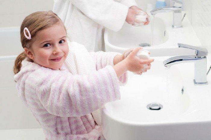 девочка моет руки, профилактика энтеробиоза