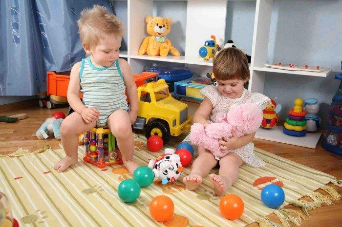дети играют в игрушки, как отучить малыша ломать игрушки