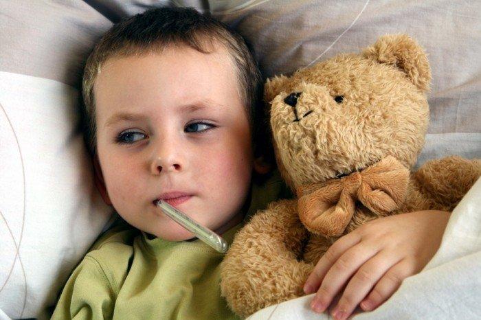 ребенку меряют температуру, как помочь малышу при повышении температуры