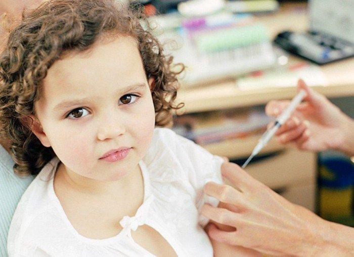 ребенку делают укол инсулина, диабет у малыша