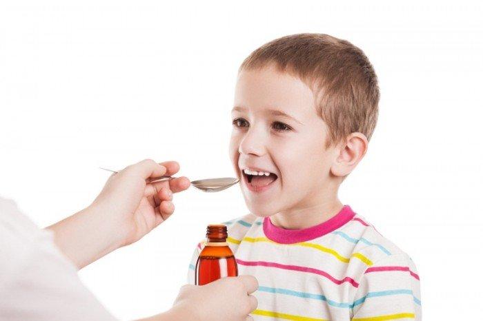 ребенок пьет сироп от кашля, помощь ребенку при кашле