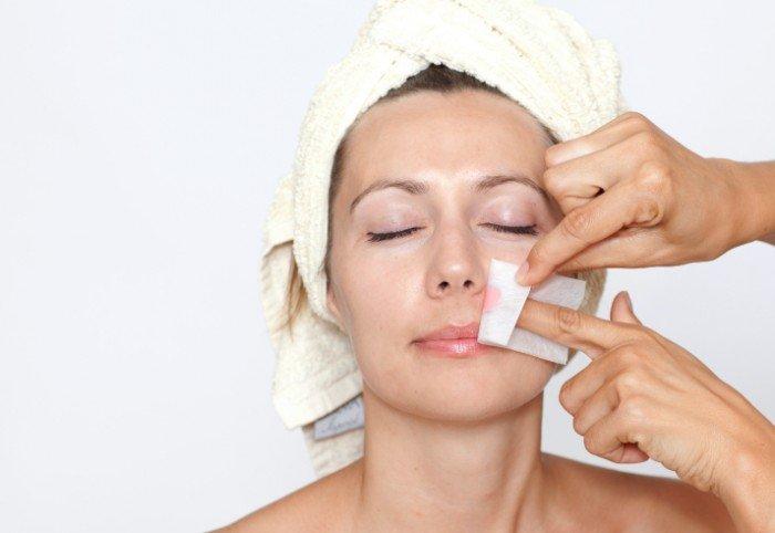 женщине удаляют усы, избавление от ненужной растительности над верхней губойе