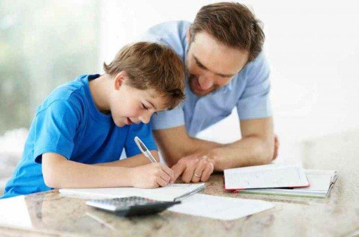папа учит ребенка писать, у ребенка дисграфия