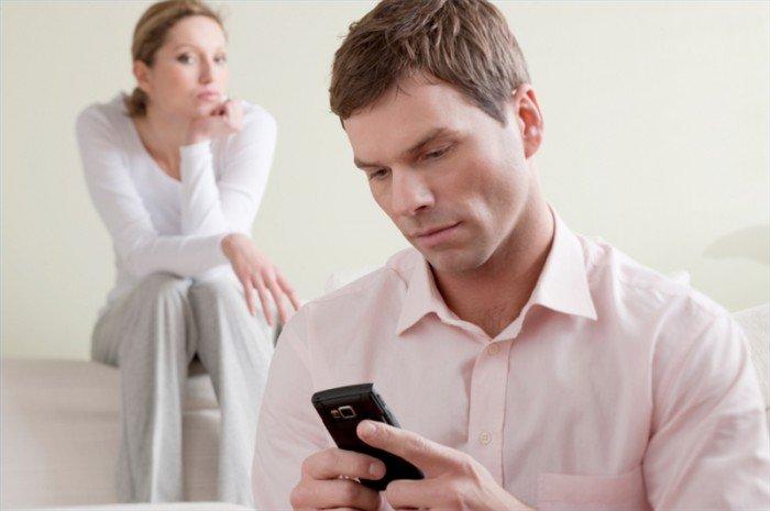 Способы избавления от ревности или несколько рекомендаций для ревнивых женщин, женщина следит за мужчиной