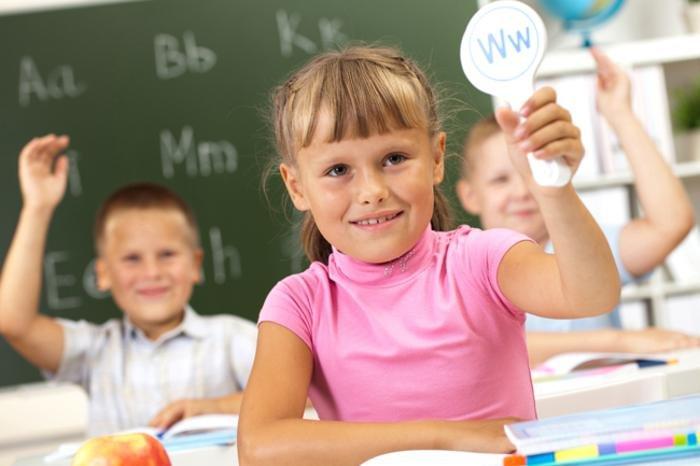 девочка показывает иностранную букву