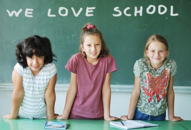девочки изучают иностранный язык