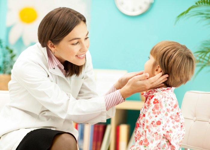 Воспаление лимфоузлов у детей: о чем это может свидетельствовать, врач осматривает лимфоузлы у девочки