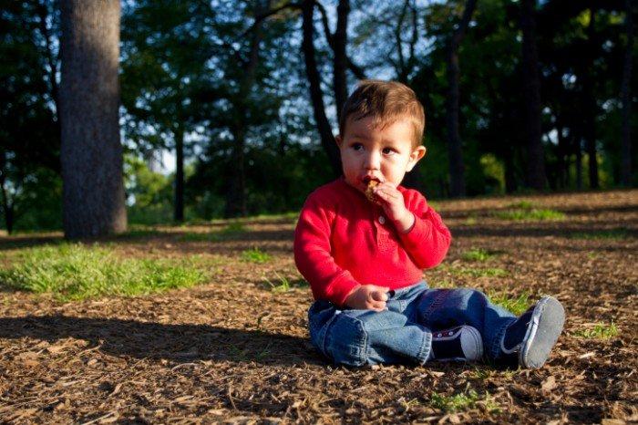 Лямблиоз у ребенка: признаки и лечение, мальчик берет в рот грязные руки