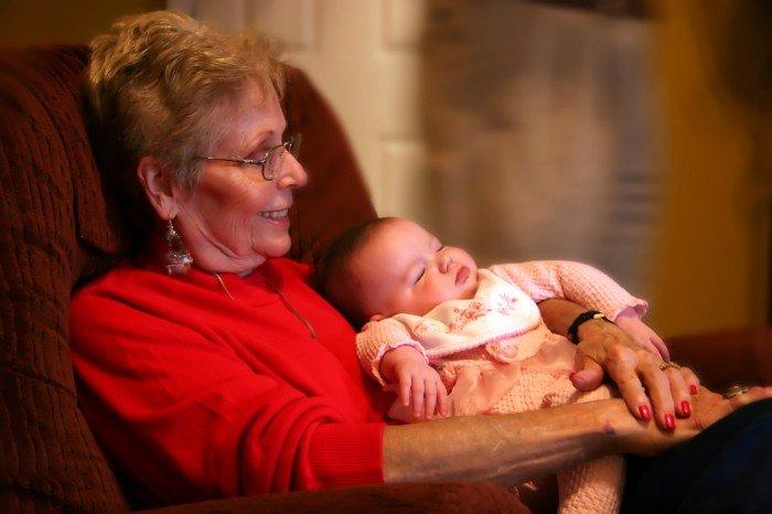 бабушка сидит с малышом