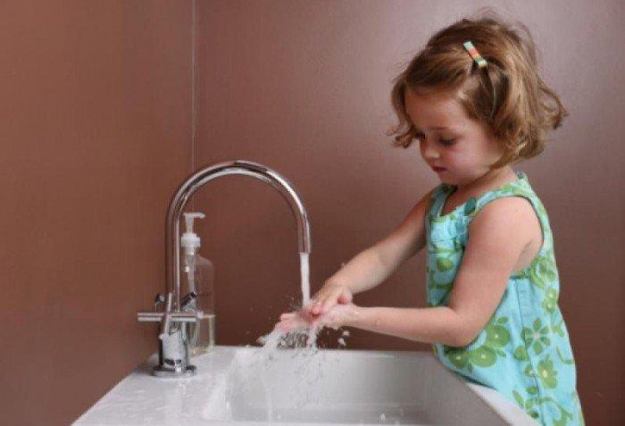 Лямблиоз у ребенка: признаки и лечение,  девочка моет руки