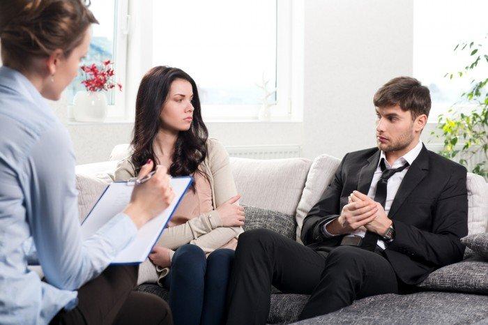 Список врачей, которых должна посетить женщина после родов, женщина с мужем у психолога