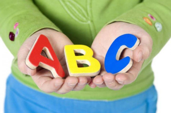 мальчик держит английские буквы