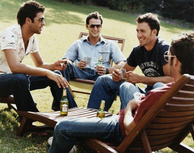 Способы избавления от ревности или несколько рекомендаций для ревнивых женщин, мужчина в компании друзей