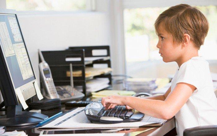 реюенок сидит за компьютером