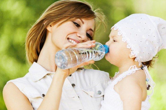 мама дает дочке воду