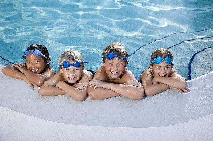 дети плавают в бассейне