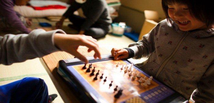малыш играет в настольную игру