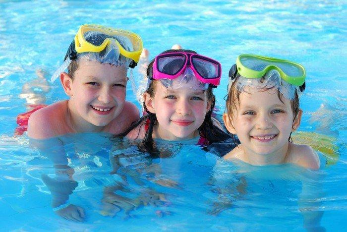 школьники в бассейне