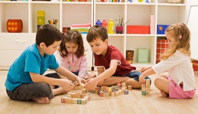 дети играют в кубики