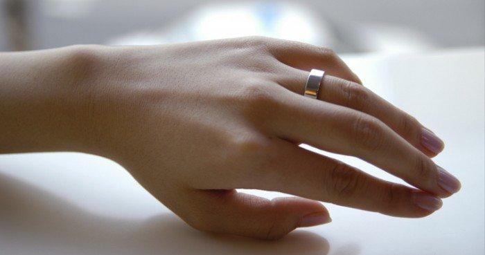 Гладкое обручальное кольцо на женской руке