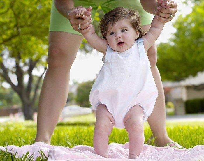 малышка ходит с мамой на природе