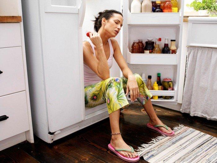 женщина сидит в холодильнике