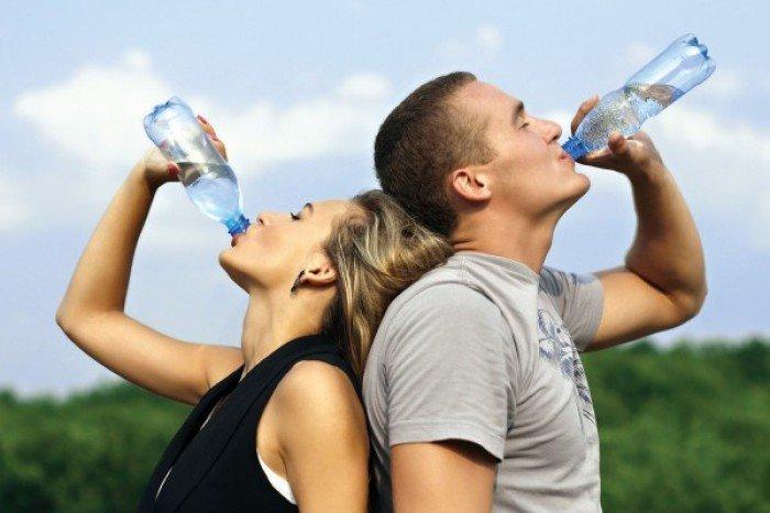 женщина и мужчина пьют воду