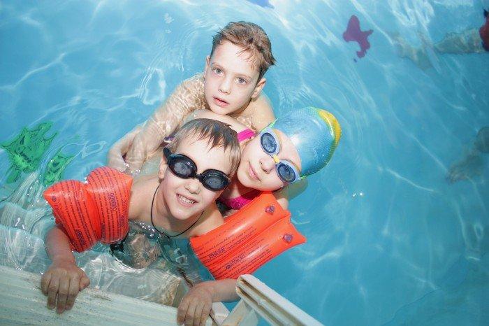 принадлежности для плавания в бассейне