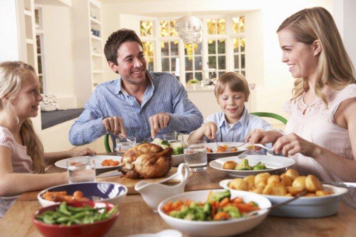 семья кушает дома