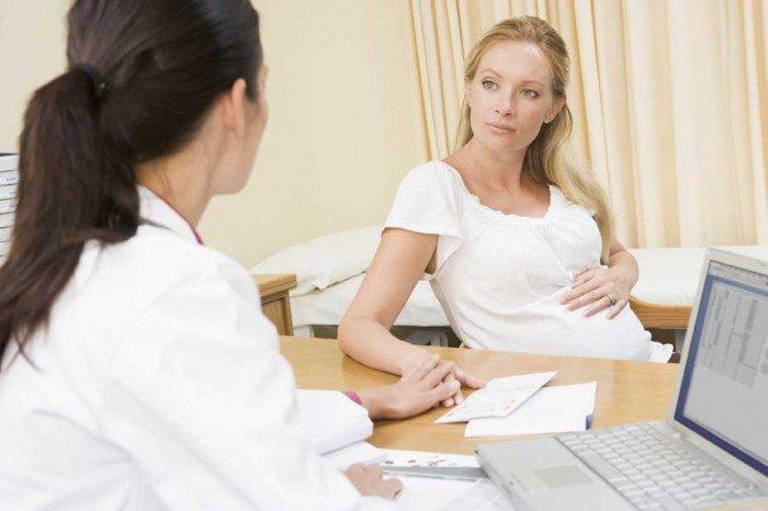женщина на приему у врача-генетика