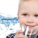 Какой должна быть вода для детей: основные требования и правила выбора