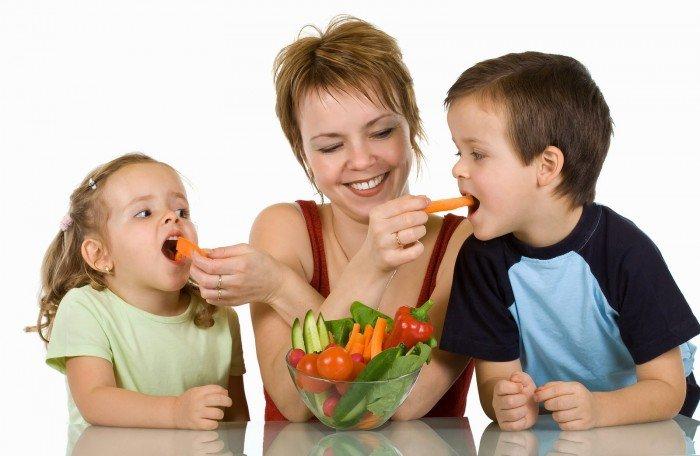 мама кормит малышей овощами