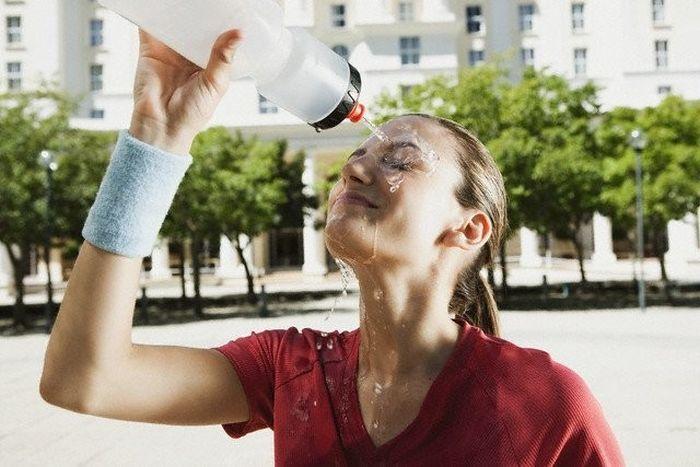 женщина обливается водой