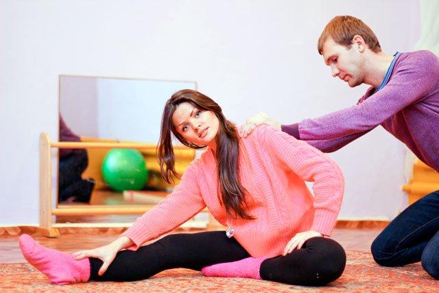 мужчина учится делать массаж беременной женщине